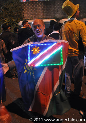 Hincha de Namibia con una bandera de luces durante la Copa Mundial de Rugby 2011