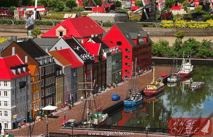 Una ciudad de Lego con casas y botes