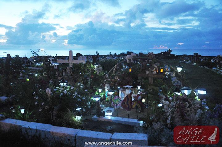 Cementerio Isla de Pascua de noche